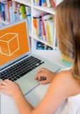 Mädchen, das einen Computer mit Schulikone auf Schirm verwendet Lizenzfreie Stockfotografie