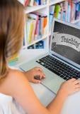 Mädchen, das einen Computer mit Schulikone auf Schirm verwendet Stockbilder