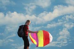 Mädchen, das einen Drachen fliegt Lizenzfreie Stockfotos