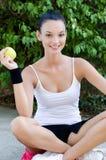 Mädchen, das einen gelben Apfel anhält Stockfotos