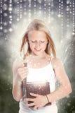 Mädchen, das einen Geschenk-Kasten öffnet stockfotos