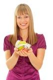 Mädchen, das einen grünen Apfel (Fokus, anhält auf Apfel) Stockbild