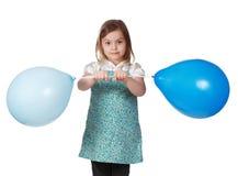 Mädchen, das einen grünen Ballon anhält lizenzfreie stockbilder