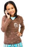 Mädchen, das einen Handy verwendet stockfoto