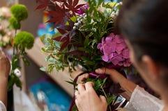 Mädchen, das einen Hochzeits-Blumen-Blumenstrauß macht Stockbild