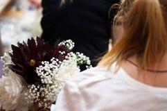 Mädchen, das einen Hochzeits-Blumen-Blumenstrauß macht Lizenzfreies Stockbild