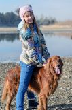 Mädchen, das einen Hund reitet. lizenzfreie stockbilder