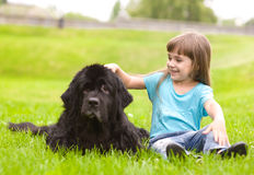 Mädchen, das einen Hund streichelt Stockfotos