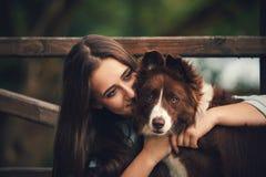Mädchen, das einen Hund umarmt lizenzfreie stockfotografie