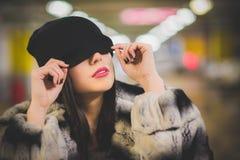 Mädchen, das einen Hut über seinen Augen trägt stockfotos