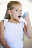 Mädchen, das einen Inhalator verwendet stockbilder