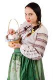 Mädchen, das einen Korb mit Eiern und Pasco hält Stockfotos