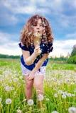 Mädchen, das einen Löwenzahn durchbrennt Lizenzfreies Stockbild