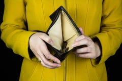 Mädchen, das einen leeren Geldbeutel, Nahaufnahme, Konkurs hält stockfotografie