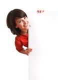 Mädchen, das einen leeren weißen Vorstand anhält Stockbilder