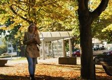 Mädchen, das in einen Park geht Stockfotos