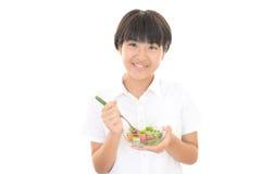 Mädchen, das einen Salat isst Lizenzfreie Stockfotografie