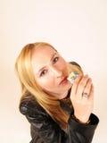Mädchen, das einen Schokoriegel isst Stockfotografie