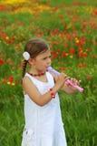 Mädchen, das einen Schreiber (Flöte, spielt) lizenzfreies stockbild