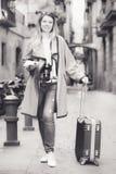 Mädchen, das einen Spaziergang mit der Reisetasche macht Lizenzfreies Stockbild
