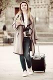 Mädchen, das einen Spaziergang mit der Reisetasche macht Stockbild