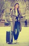 Mädchen, das einen Spaziergang mit der Reisetasche macht Stockbilder