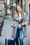 Mädchen, das einen Spaziergang mit der Reisetasche macht Stockfotos