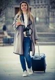 Mädchen, das einen Spaziergang mit der Reisetasche macht Lizenzfreie Stockfotos