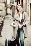 Mädchen, das einen Spaziergang mit der Reisetasche macht Lizenzfreies Stockfoto