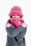 Mädchen, das einen starken Schal und einen Hut trägt Stockbild