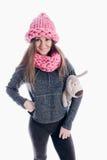 Mädchen, das einen starken Schal und einen Hut trägt Stockfotos