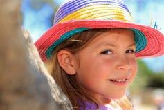 Mädchen, das einen Strohhut trägt Stockfotografie