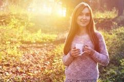 Mädchen, das einen Tasse Kaffee anhält Lizenzfreie Stockbilder