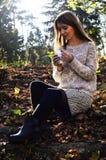 Mädchen, das einen Tasse Kaffee anhält Stockbilder
