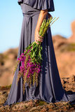 Mädchen, das einen Weidekrautblumenstrauß hält Lizenzfreies Stockfoto