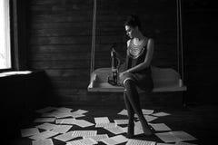 Mädchen, das in einer Dunkelkammer aufwirft Stockfotografie