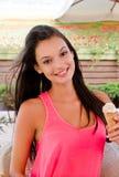 Schöne Frau, die eine Eiscreme lächelt und hält. Lizenzfreie Stockfotografie