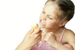Mädchen, das Eiscreme essen und verärgertes Stockfotografie
