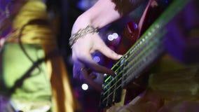 Mädchen, das elektrische Gitarre spielt stock footage