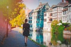 Mädchen, das entlang dem Kanal in Straßburg aufweckt stockfotos