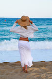 Mädchen, das entlang den Strand geht Stockbild