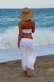 Mädchen, das entlang den Strand geht Lizenzfreies Stockfoto
