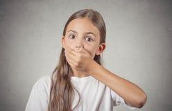 Mädchen, das entsetzt mit Handbedeckungsmund überrascht schaut lizenzfreie stockfotos