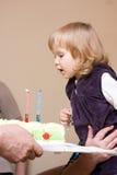 Mädchen, das ersten Geburtstag feiert lizenzfreie stockbilder