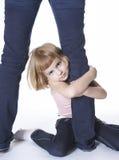 Mädchen, das Fahrwerkbein der Mammas umarmt lizenzfreie stockfotos
