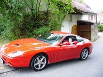 Mädchen, das Ferrari darstellt Lizenzfreie Stockbilder