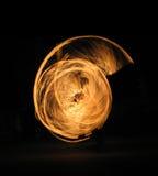 Mädchen, das Feuertanz durchführt Stockfoto
