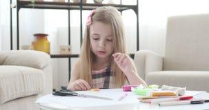 Mädchen, das Form vom Plasticine modelliert stock footage