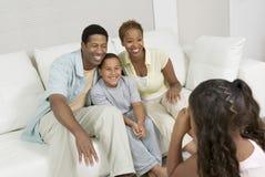 Mädchen, das Foto der Familie auf Sofa macht Lizenzfreies Stockfoto