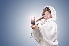 Mädchen, das Foto durch sellphone macht Lizenzfreie Stockbilder